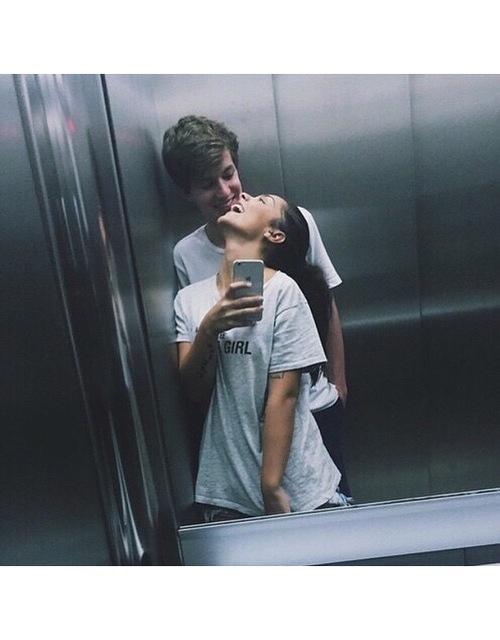 Два мужика в лифте целуются — photo 5